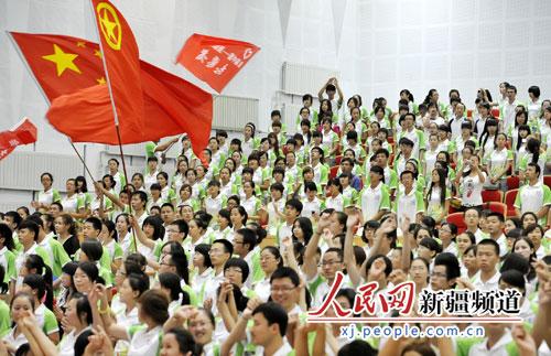 民网 首届中国亚欧博览会志愿者在新疆大学授旗